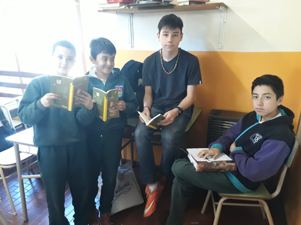 """Momento literario comenzando a leer el libro """"La cuarta pata"""", 4to y 7mo grado."""