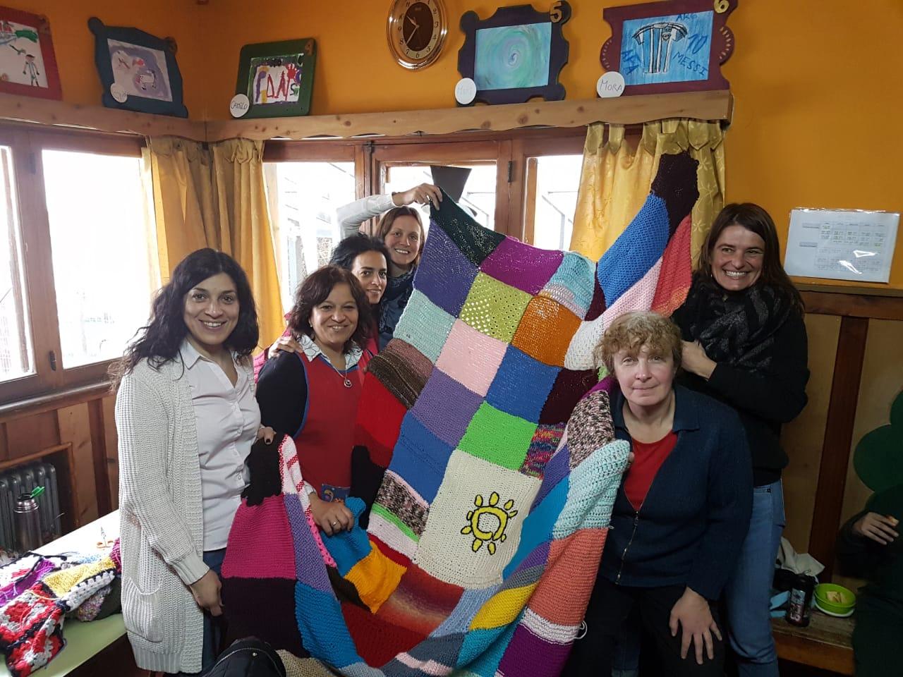 """Madres terminando la """"Manta Solidaria"""""""